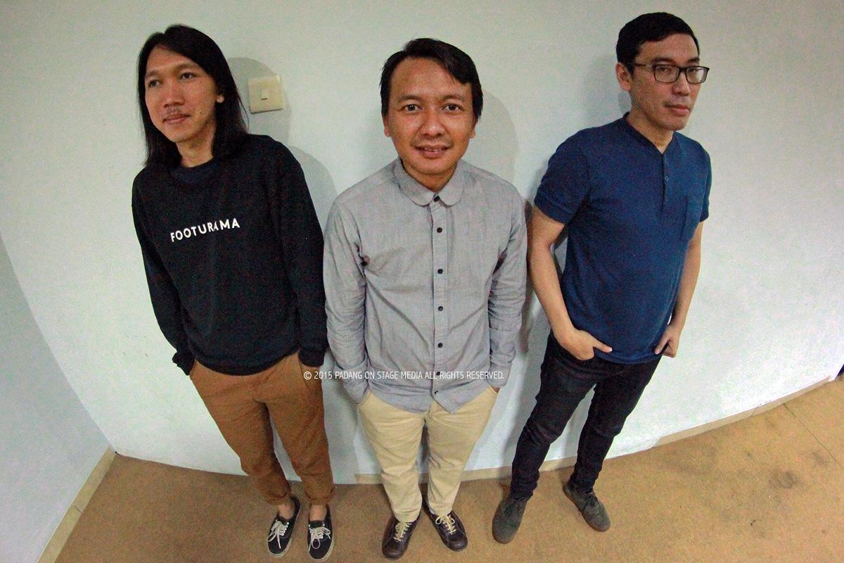 Trio Efek Rumah Kaca sesaat sebelum tampil di gig bertajuk Chillin in the Garden, Padang, Sabtu (13/6/2015) malam. (foto oleh Varize Yudhistira/PADANGONSTAGE.COM