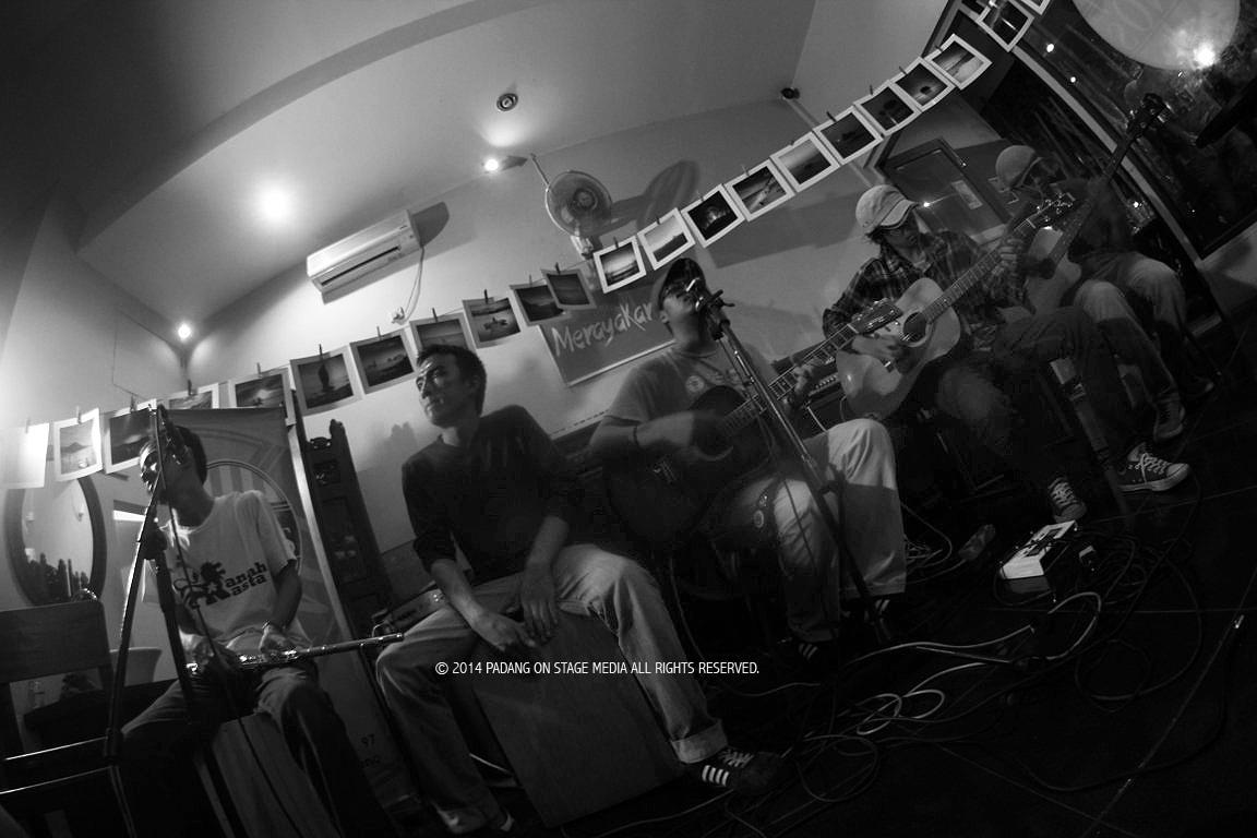 Band folk bernama Lalang saat tampil dalam Merayakan Folk, tahun 2014 silam.