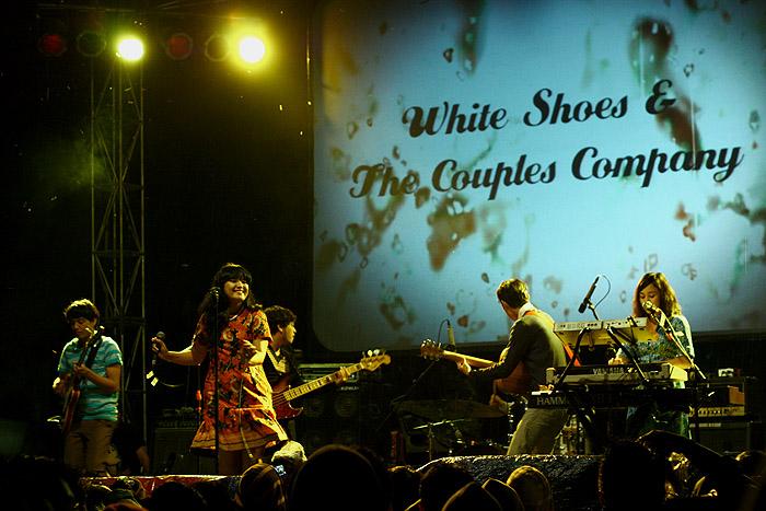 White Shoes And The Couples Company saat mengisi panggung di Bandung pada tahun 2011 (Foto oleh Aldo Fenalosa/PADANGONSTAGE.COM)