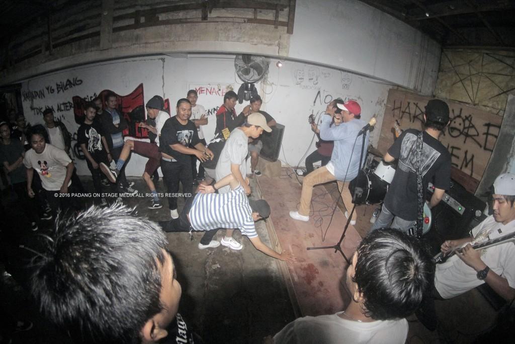 Ocean Trenches saat di Hardcore Mayhem merayakan Record Store Day 2016 (foto oleh Varize Yudhistira/PADANGONSTAGE.COM)