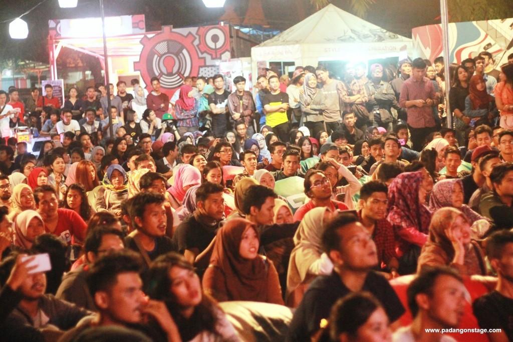 Atmosfer penonton dalam gig bersama La Paloma, Lalang dan Mocca di GOR H. Agus Salim pada Sabtu (13/8/2016) malam. (Foto oleh Varize Yudhistira/PADANGONSTAGE.COM)