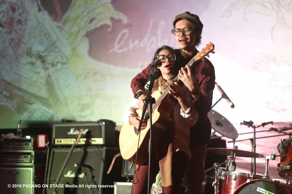 Signature pose ala Endah N Rhesa mengentalkan romansa dalam gig mereka di Padang. (Foto oleh: Ihsan Maulana/PADANGONSTAGE.COM)
