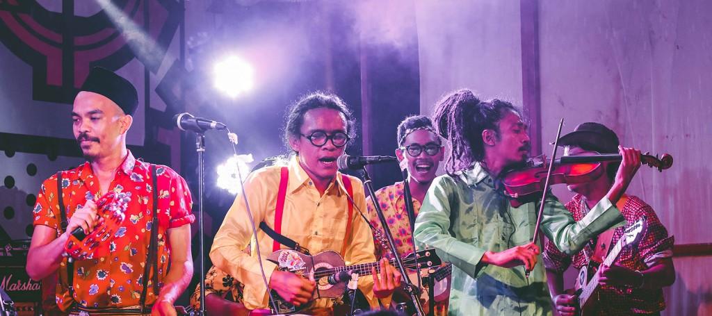 Orkes Taman Bunga memecah keramaian dengan sejumlah lagu yang populer di telinga (Foto oleh Muhammad Ihsan Maulana/PADANGONSTAGE.COM)